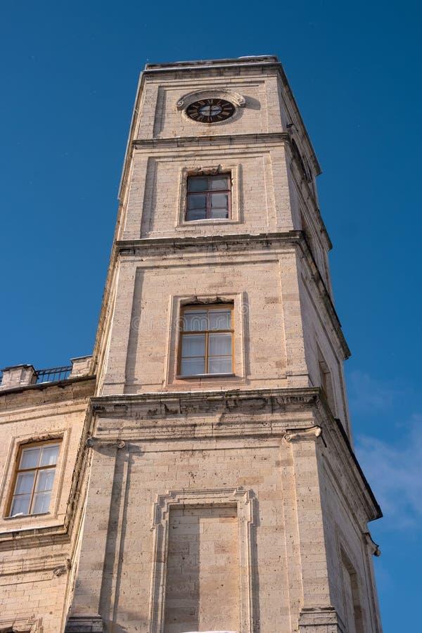 Tour d'horloge du palais de Gatchina Hiver, ensoleillé Décrivez pris du pied de la tour Russie photo libre de droits
