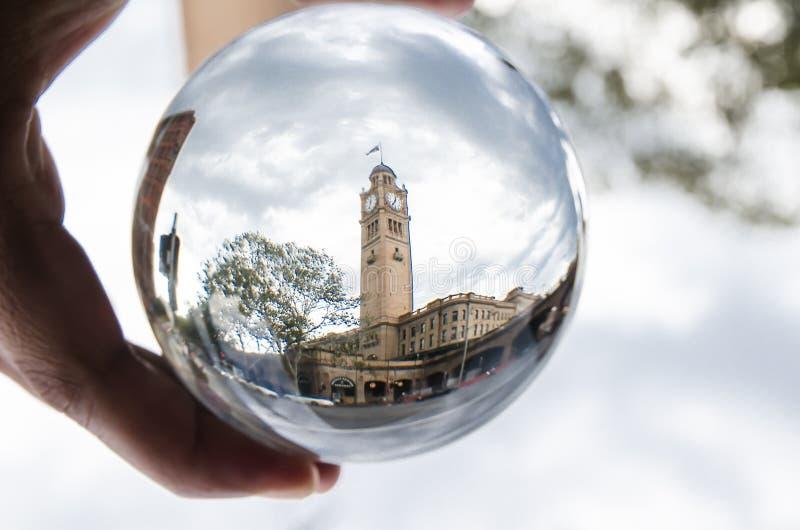 Tour d'horloge d'héritage à la photographie centrale de gare ferroviaire de Sydney dans la boule claire de verre cristal photo libre de droits