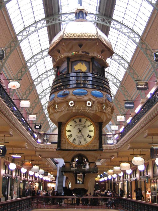 Tour d'horloge indiquant l'heure, la date et le jour de la semaine dans un centre commercial photographie stock libre de droits