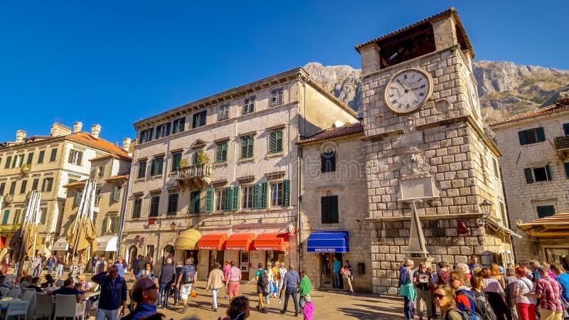 Tour d'horloge médiévale dans la place, Kotor, Monténégro photos stock