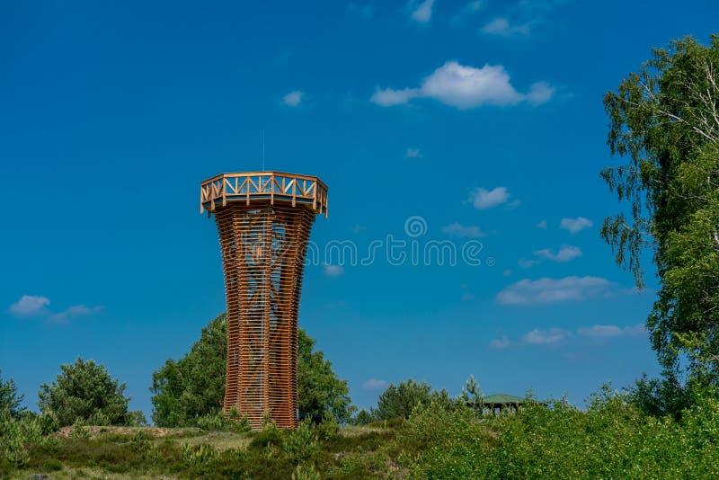 Tour d'observation en bois dans la réserve naturelle Kyritz-Ruppiner Heide image stock