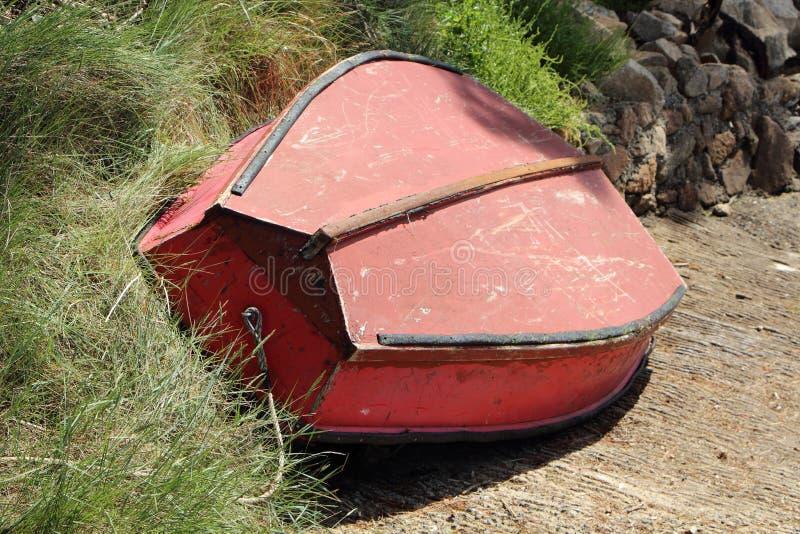 Tour d'offre de bateau à l'envers sur la voie en pierre image stock