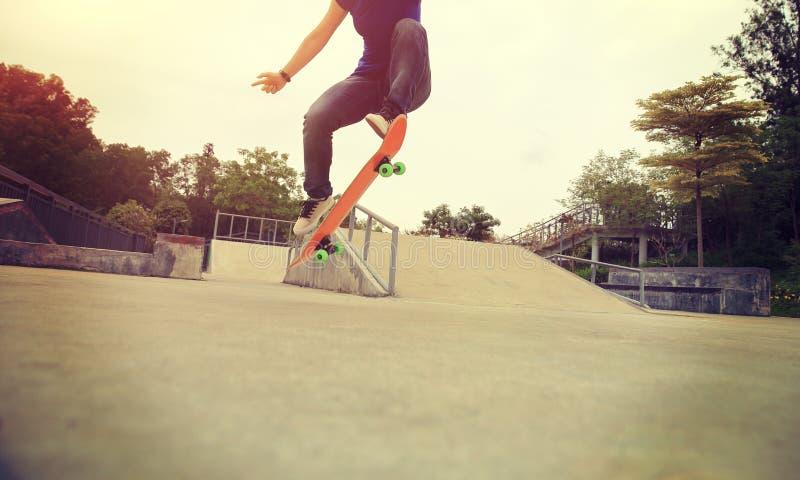 tour d'ollie de pratique en matière de planchiste au skatepark images libres de droits
