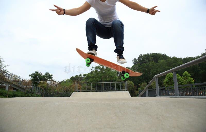 tour d'ollie de pratique en matière de planchiste au skatepark photo libre de droits