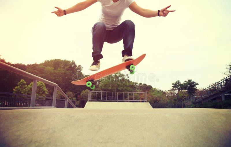 tour d'ollie de pratique en matière de planchiste au skatepark photographie stock