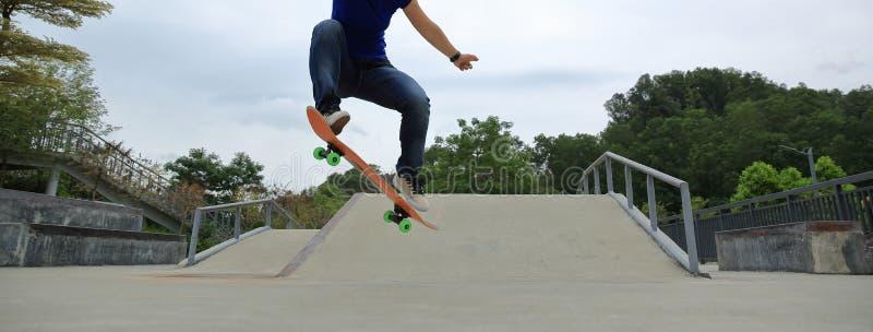 tour d'ollie de pratique en matière de planchiste au skatepark photos stock