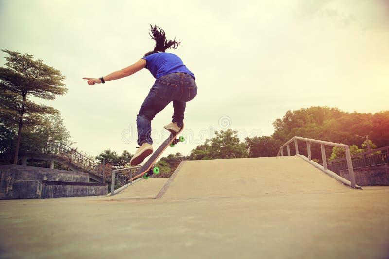 tour d'ollie de pratique en matière de planchiste au skatepark photos libres de droits