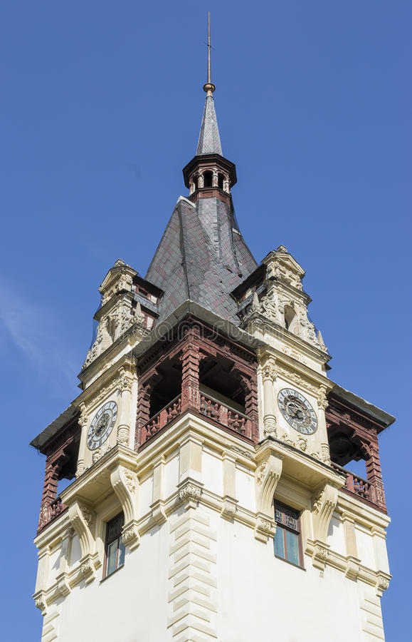 Tour d'un château avec deux horloges photographie stock libre de droits