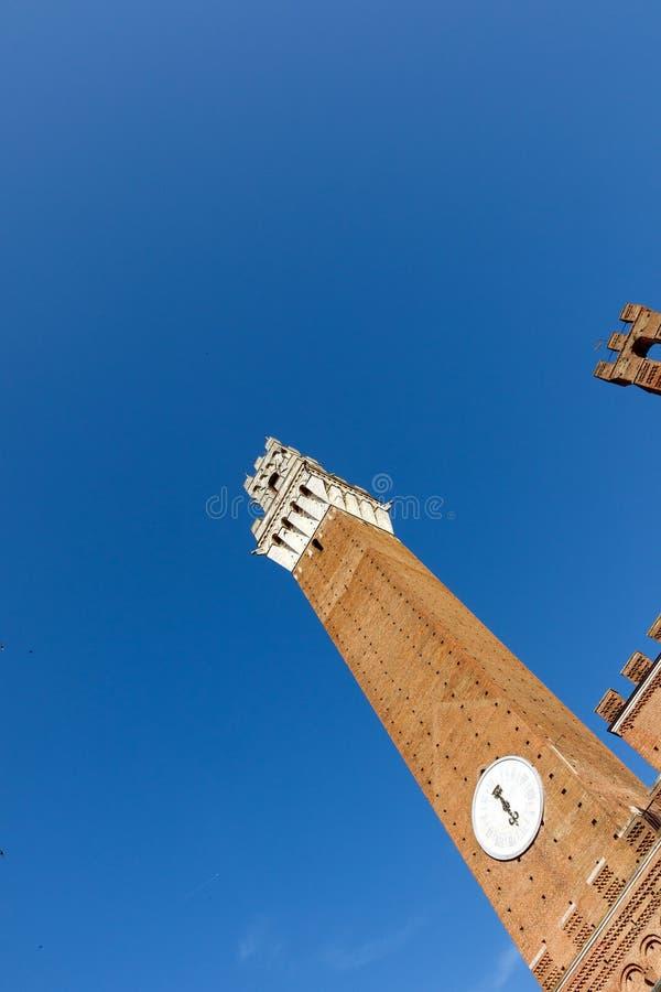 Tour dans Sienna, Italie avec le fond de ciel bleu photo stock