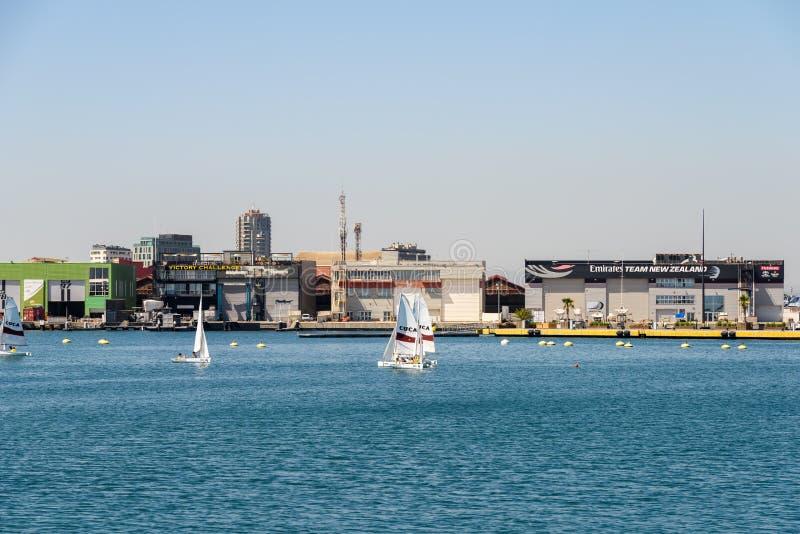 Tour de bateau de personnes en Marina Real Juan Carlos Port de Valencia City image libre de droits