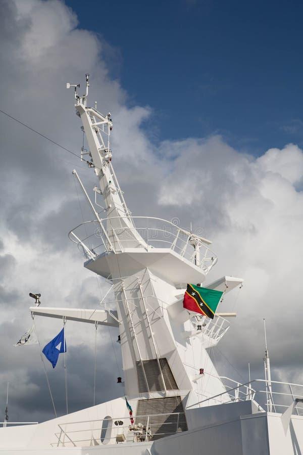 Tour de bateaux avec le drapeau de St Kitts images stock