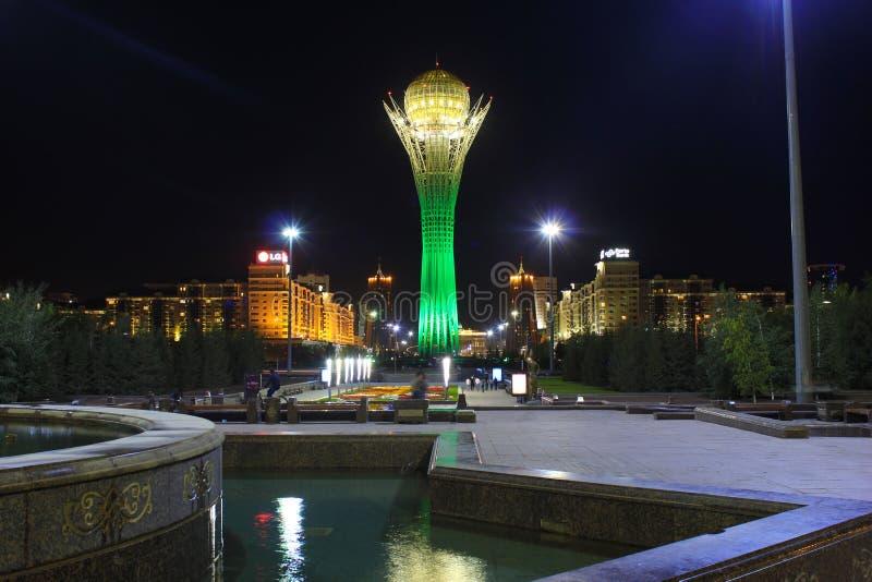 Tour de Bayterek à Astana, capitale de Kazakhstan, par nuit image libre de droits