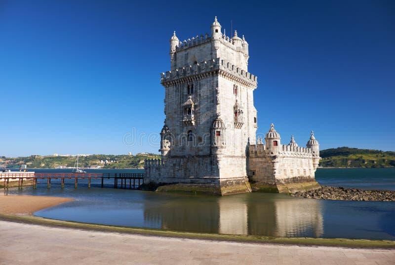 Tour de Belem sur la rivière le Tage à Lisbonne avec la réflexion dans l'eau sur le fond de ciel bleu, Portugal photographie stock libre de droits