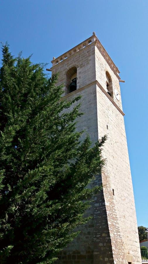 Tour de Bell à côté d'un haut pin photo stock