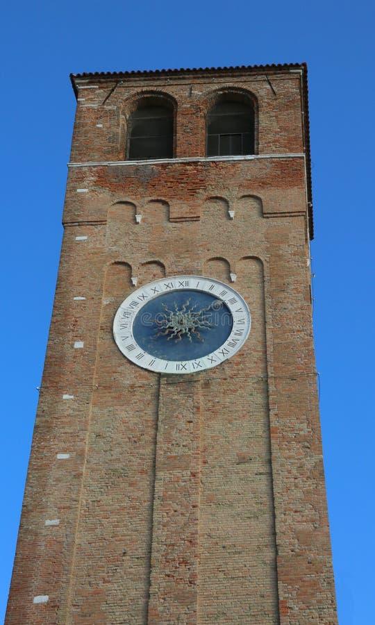 Tour de Bell avec les chiffres romains en île de Chioggia près de Venise images stock