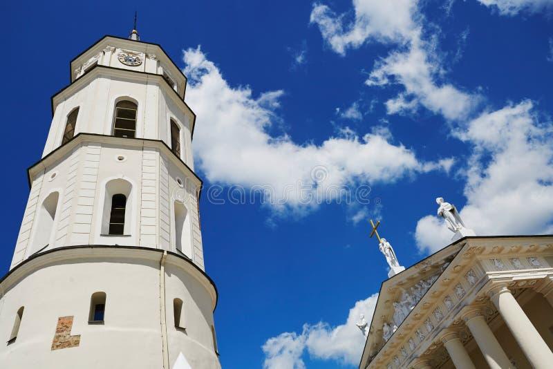 Tour de Bell de cathédrale de Vilnius au-dessus du ciel bleu image libre de droits
