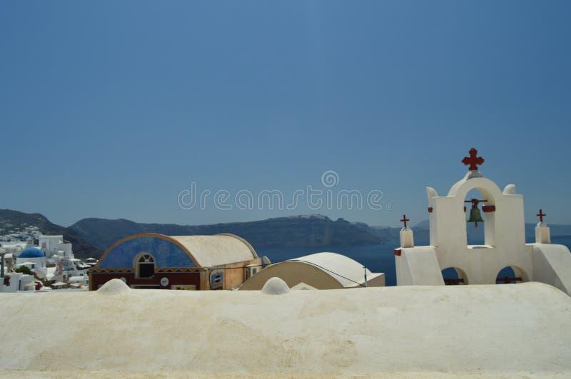 Tour de Bell d'une église et des dessus de toit à Oia sur l'île de Santorini Architecture, paysages, voyage, croisières photographie stock