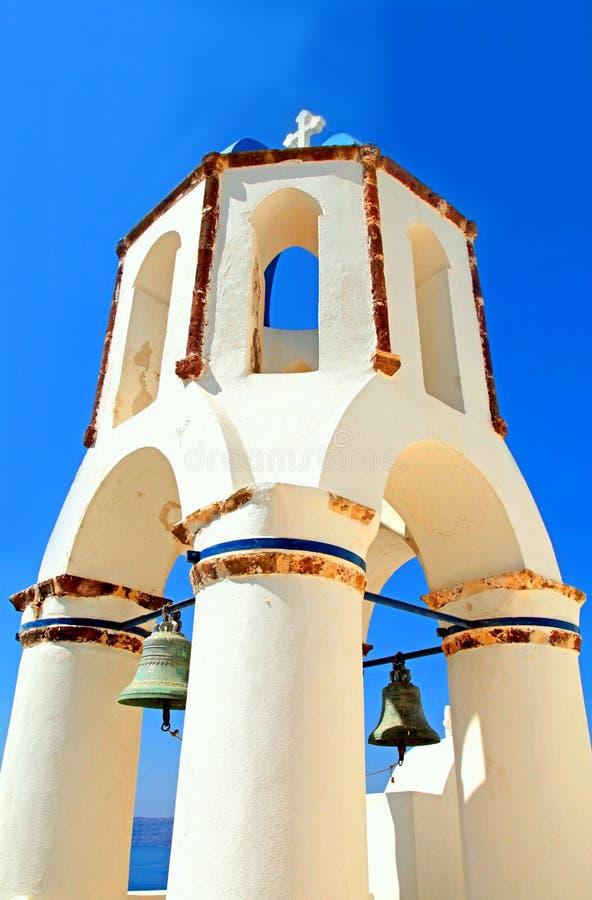 Tour de Bell de l'église blanche sur le fond de ciel bleu, Oia, Santorin photographie stock libre de droits