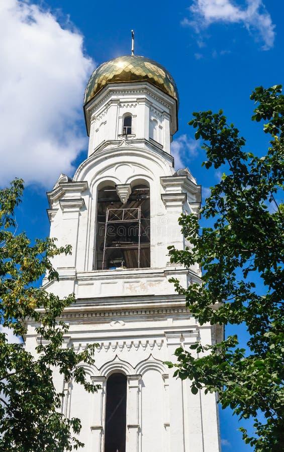 Tour de Bell de St Nicholas Church dans le village de Rogachevo photo libre de droits