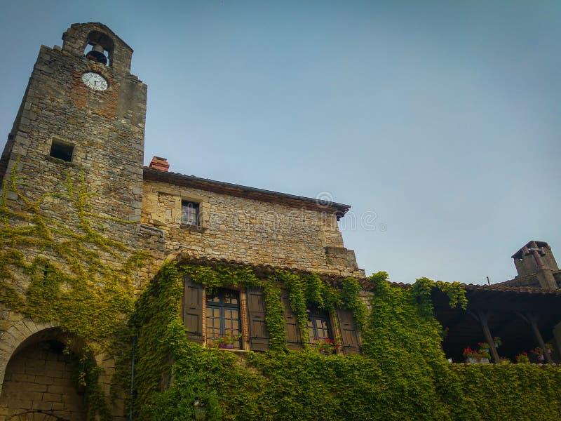 Tour de Bell de l'église du petit village médiéval de Bruniquel image stock