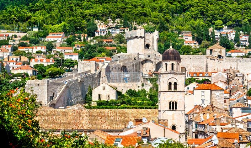 Tour de Bell de monastère et de tour franciscains de Minceta dans Dubrovnik, Croatie images stock