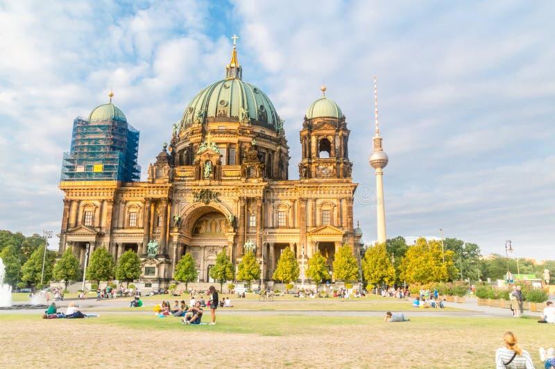 Tour de Berlin Cathedral et de télévision vue de Lustgarten photographie stock libre de droits