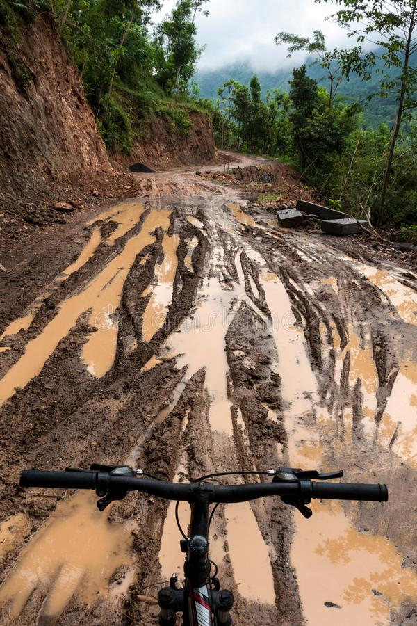 Tour de bicyclette par le chemin de terre boueux photos libres de droits