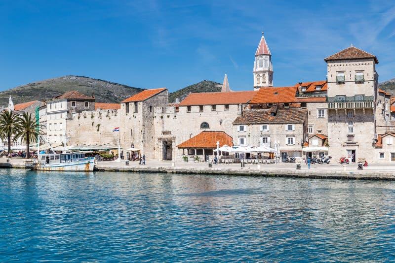 Tour de bord de mer et d'église - Trogir, Croatie photo stock