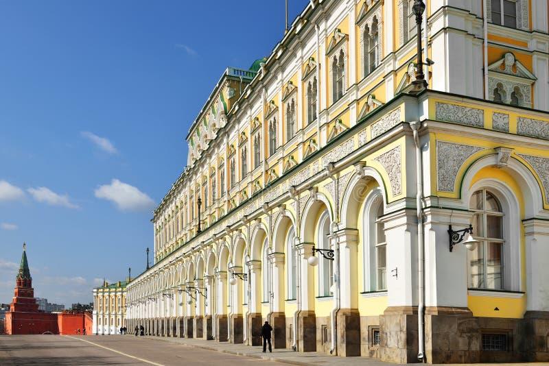 Tour de Borovitskaya et palais grand de Kremlin photographie stock