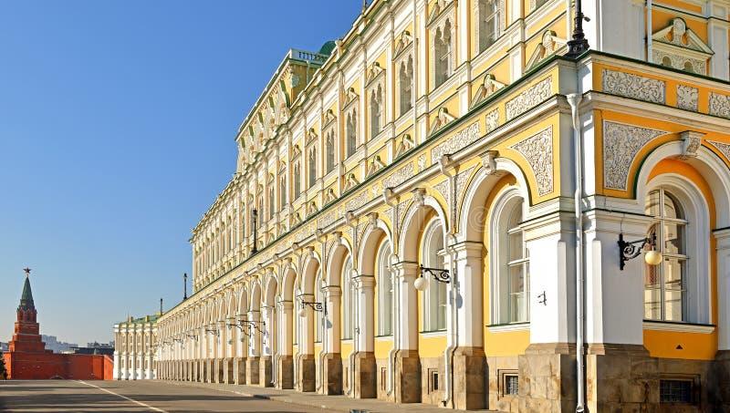 Tour de Borovitskaya et palais grand de Kremlin moscou image libre de droits