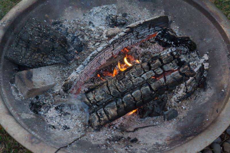 Tour de braises du feu de feu de camp à la cendre image stock