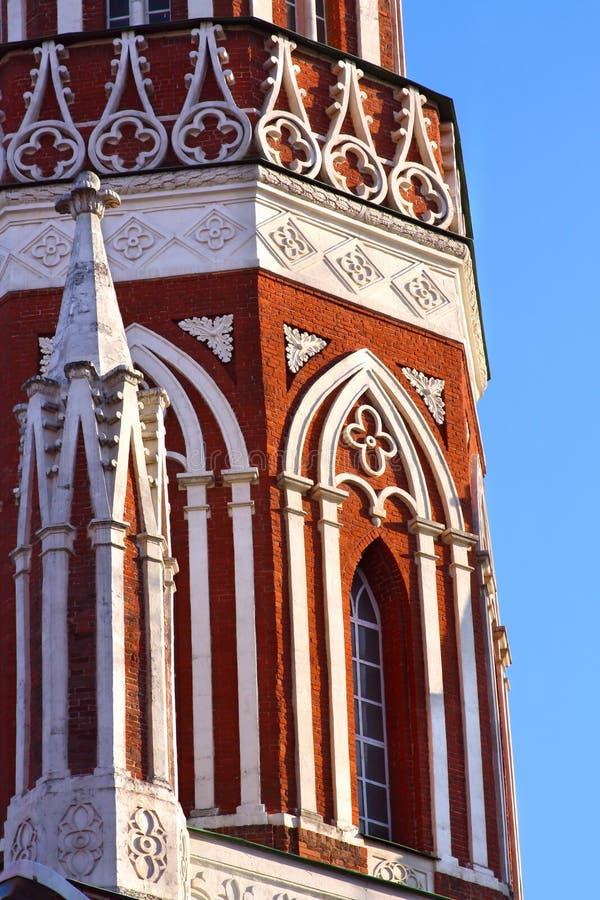 Tour de brique rouge dans le type gothique image libre de droits