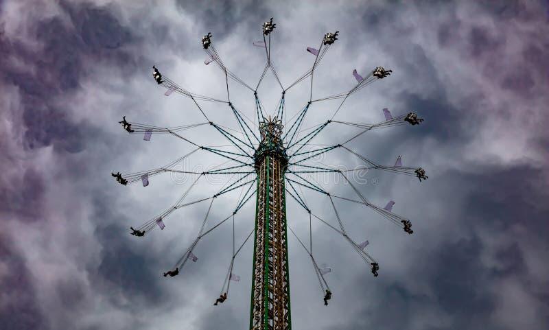 Tour de carnaval de yo-yo sur le fond de ciel nuageux Oktoberfest, Bavière, Allemagne photographie stock