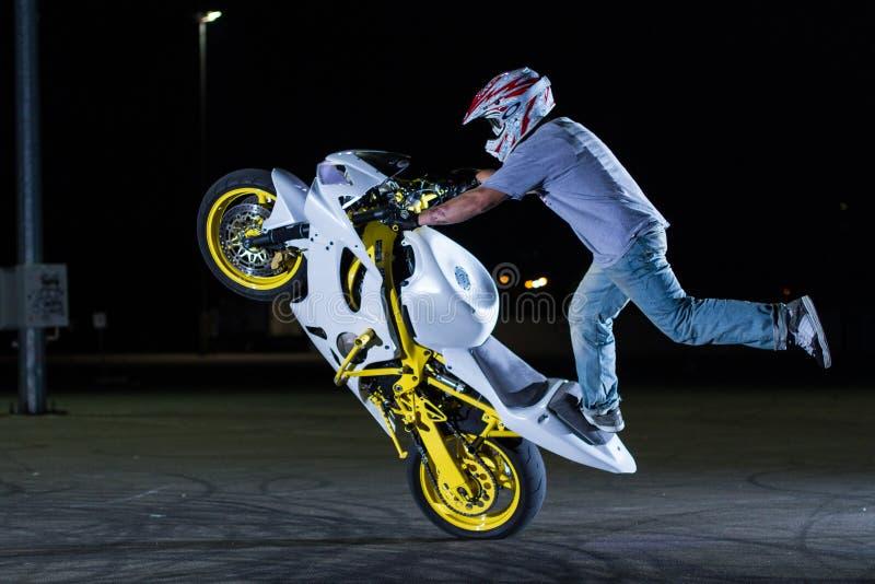 Tour de cascade sur la moto images stock