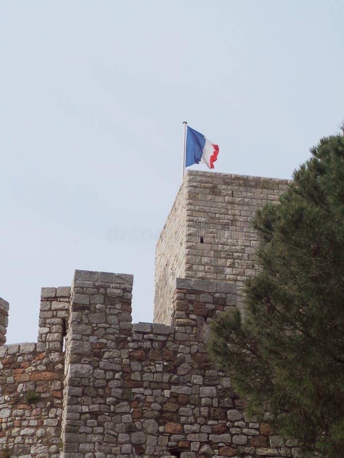 Tour de château de Cannes de Frances vieille avec le drapeau français photos libres de droits