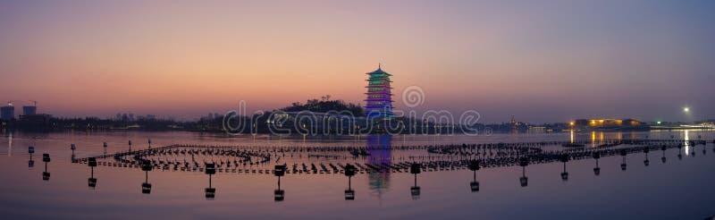 Tour de Changan la nuit, nouveau point de repère de Xi'an, Shaanxi, porcelaine photographie stock libre de droits