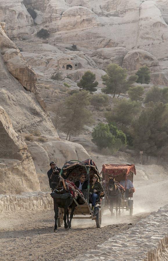Tour de chariot pour l'amusement dans PETRA, Jordanie photos libres de droits