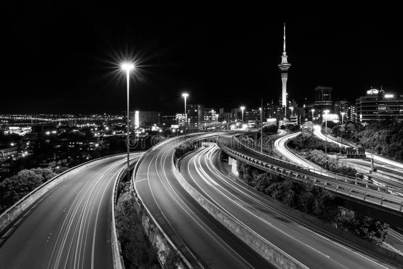 Tour de ciel d'Auckland et jonction de spaghetti | Auckland, NOUVELLE-ZÉLANDE images stock