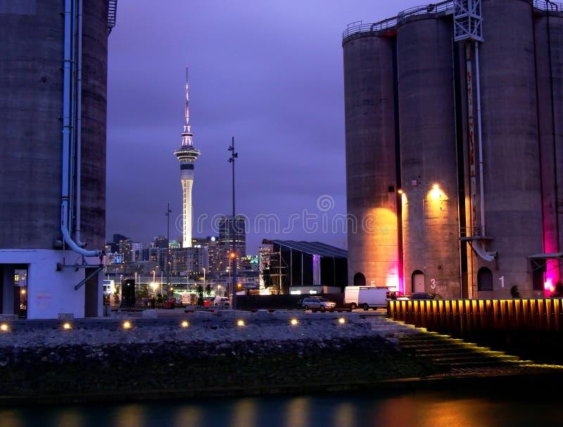 Tour de ciel d'Auckland la nuit images libres de droits