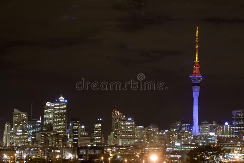 Tour de ciel d'Auckland la nuit photographie stock