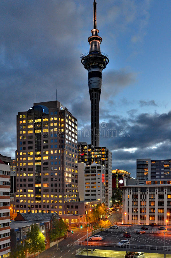 Tour de ciel d'Auckland la nuit photo libre de droits