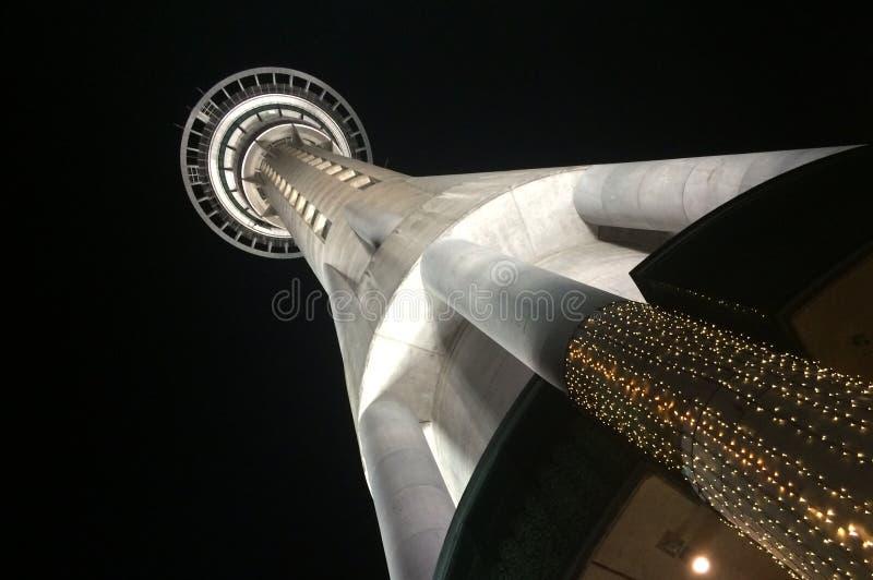 Tour de ciel d'Auckland la nuit image libre de droits