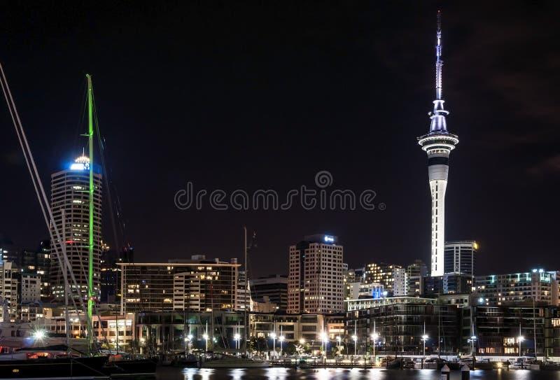 Tour de ciel et d'autres bâtiments par nuit images stock
