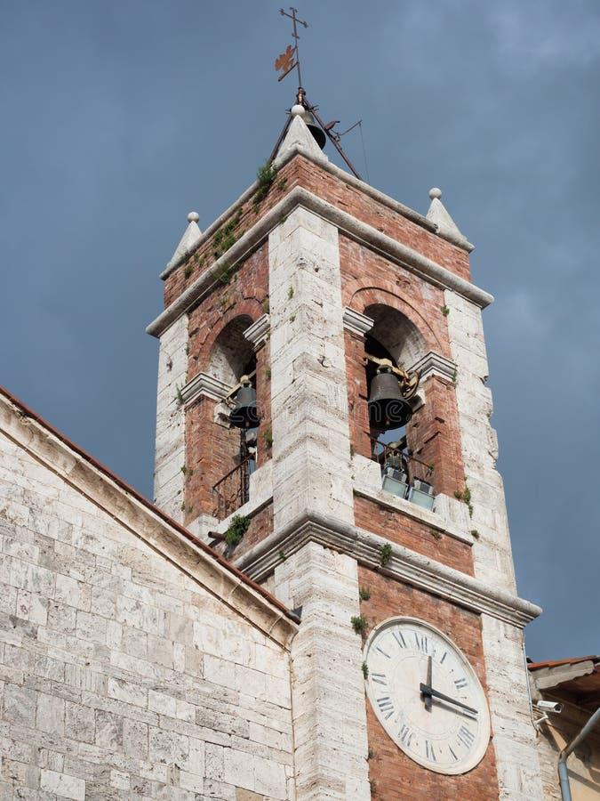 Tour de cloche antique dans la pierre blanche et les briques rouges d'une église antique images stock