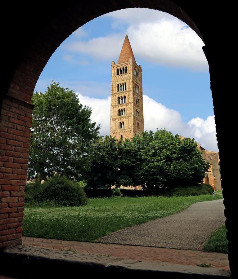 Tour de cloche antique de l'abbaye de Pomposa en Italie centrale photo libre de droits