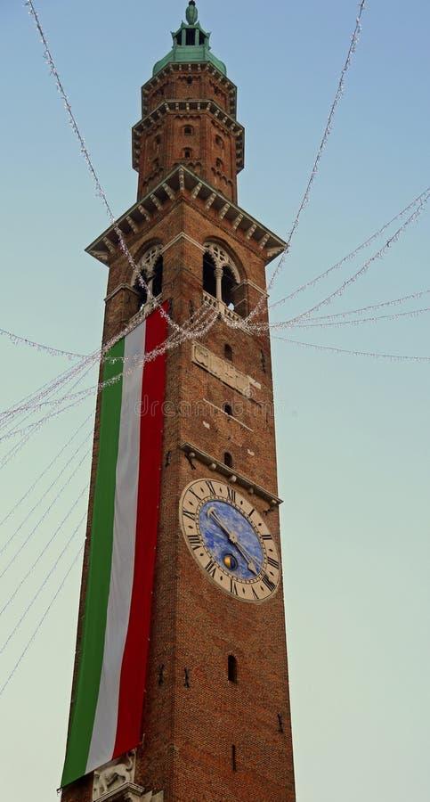 tour de cloche avec le drapeau italien en Vicenza City en Italie photo stock
