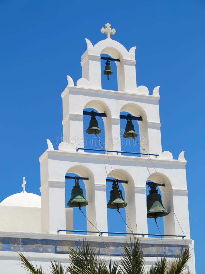Tour de cloche blanche d'église contre le ciel bleu en Grèce image libre de droits
