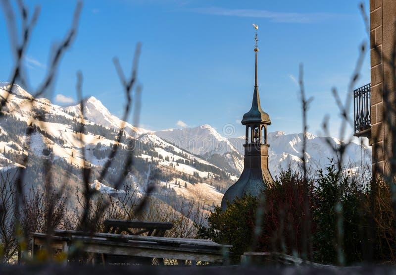Tour de cloche d'église dans la gamme de montagne photographie stock libre de droits