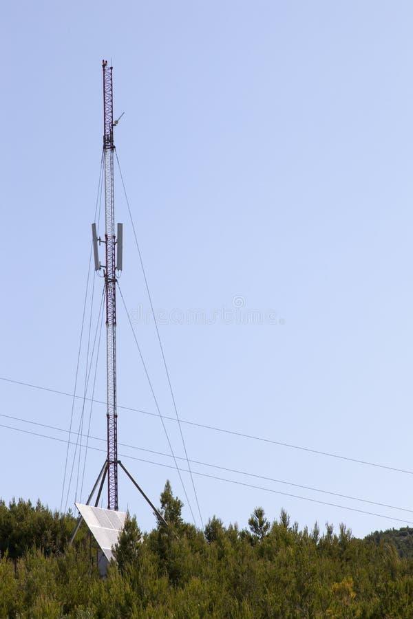 Tour de communication actionnée solaire photographie stock libre de droits