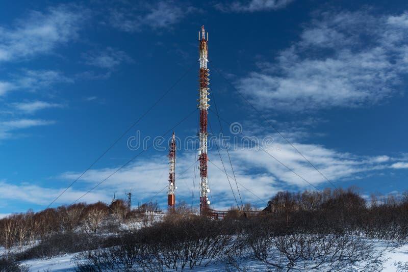 Tour de communications avec les voies de transmission sans fil d'antennes photo libre de droits